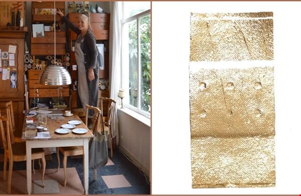 Simone de Jong in haar atelier annex woonkamer