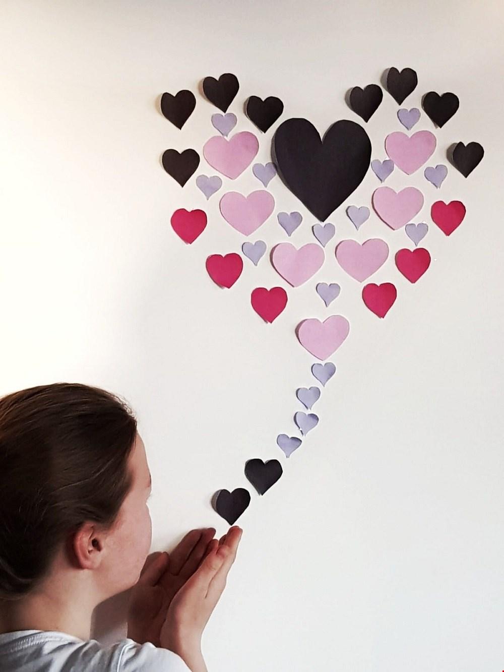 Plak de hartjes op de muur