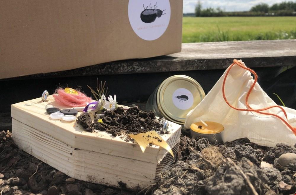 Het (versierde) kistje van 'Tor is dood' begraven