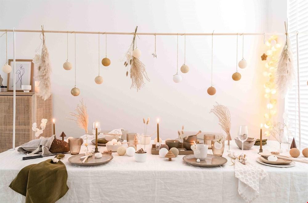 Gebruik Cottonball lights om je kersttafel mee aan te kleden