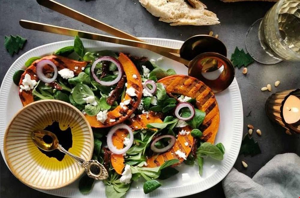 Winterse salade met geroosterde pompoen