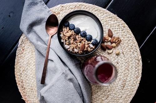 gezond en voedzaam ontbijt met healthy granola