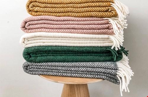 Een warm wollen dekentje om heerlijk onder weg te kruipen