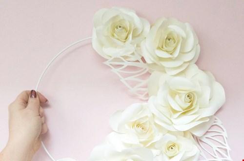 Prachtige bloemenkrans van papier
