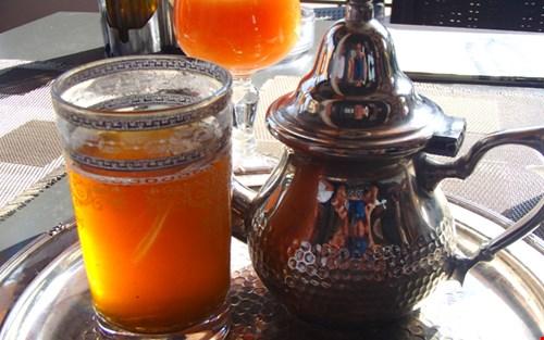 In Marokko drinken ze graag muntthee die geschonken wordt uit een speciale theepot en bijbehorende glazen