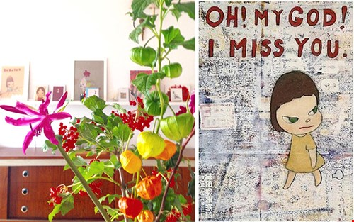 Fijn werken vanuit huis; hier een blik in de huiskamer van Ingrid met op de achtergrond het werk van Yoshitomo Nara