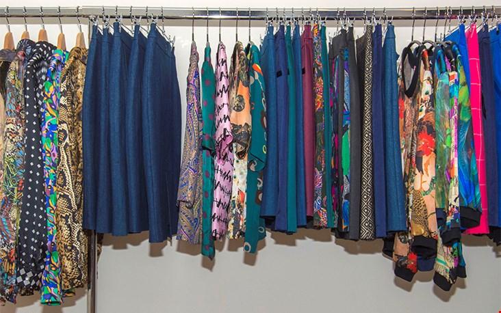 Kledingrekken vol met rokken, jurken en tops in allerlei bijzondere stoffen