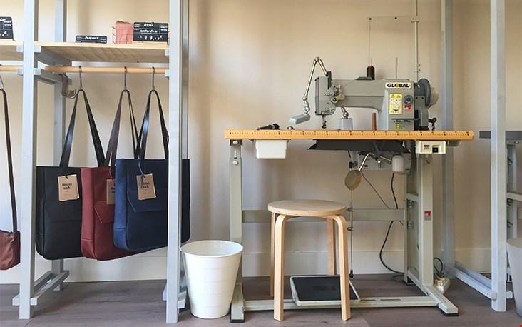 Hier gebeurt het, elke monsak tas wordt in het atelier in Amsterdam met de hand gemaakt