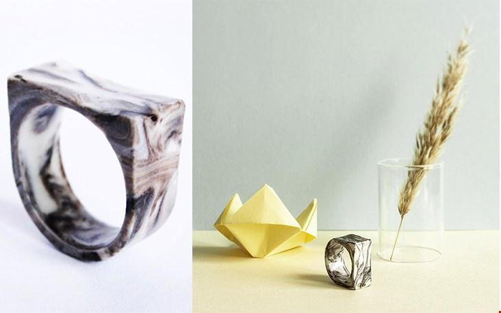De ringen uit de MARBLE COLLECTION zijn stuk voor stuk uniek door het gevarieerde kleuren patroon.