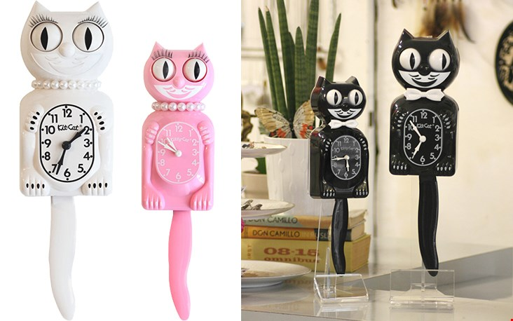 Rechts de originele zwarte/witte Kit-Cat Clock zoals ie al sinds de jaren 30 gemaakt wordt. Sinds 2001 heeft Kit-Cat gezelschap gekregen van een Lady-friend met haar glanzende parelketting en volle wimpers (links).