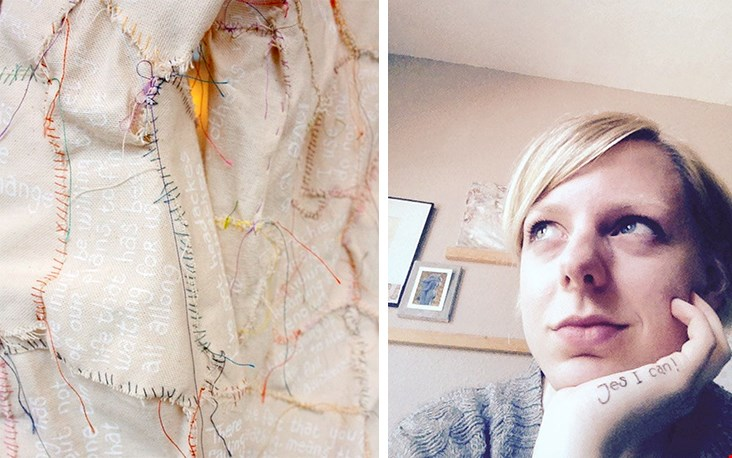 Een detail uit een kunstwerk van Jessica; een blouse gemaakt van allerlei verzamelde mooie spreuken...