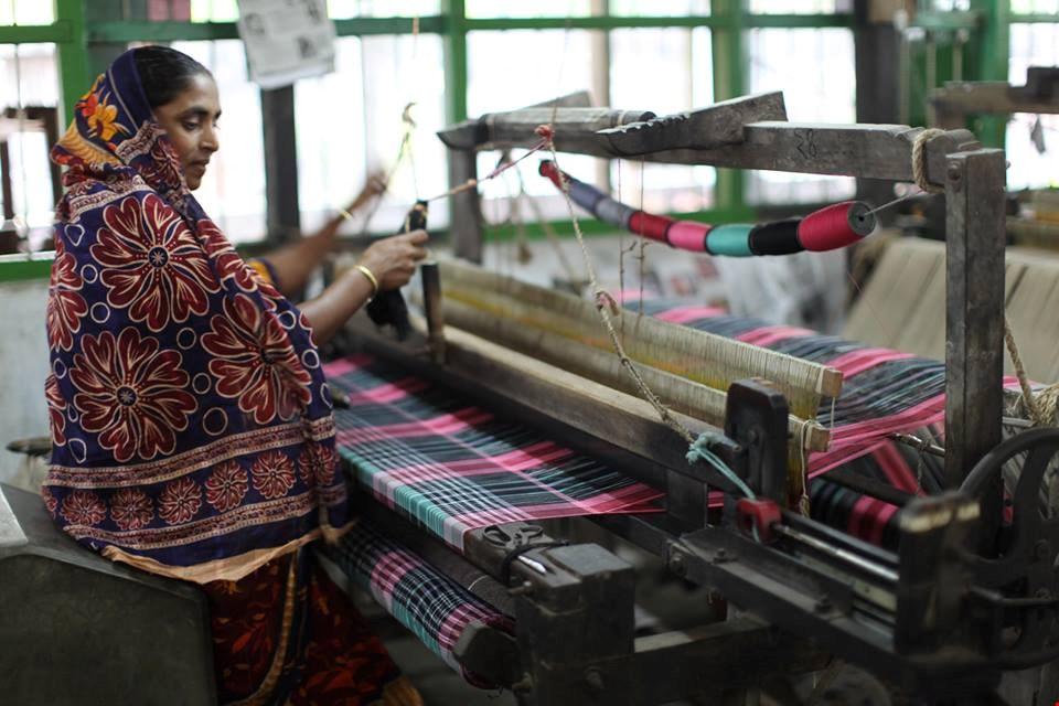 Een Indiase vrouw weeft stoffen voor de duurzame mode-industrie