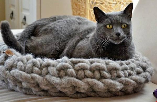 Deze wollen kattenmand ziet er zo heerlijk uit, ik zou er haast zelf in gaan liggen!