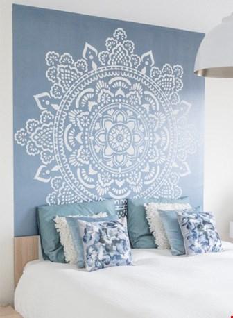...of wit op een gekleurde muur