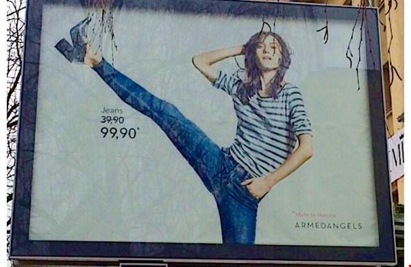 Met dit billboard legt Armedangels de vinger op de zere plek