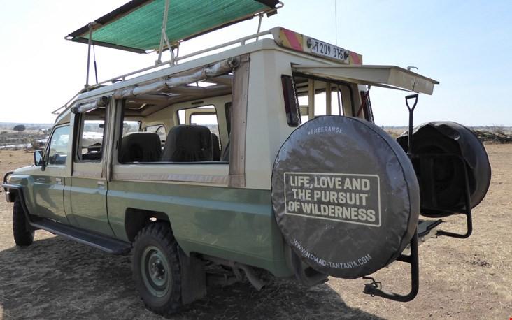 Ons vervoermiddel tijdens de safari, mét daarop een geweldig motto