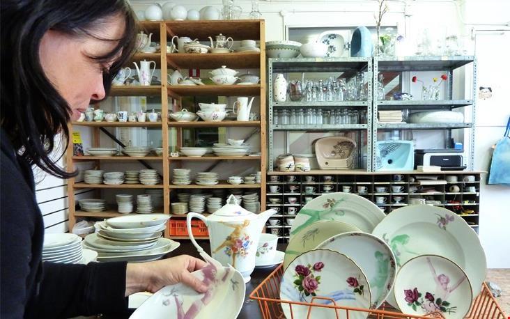 Esther aan de slag in haar atelier