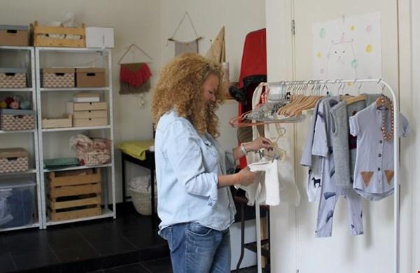 Karina in haar studio