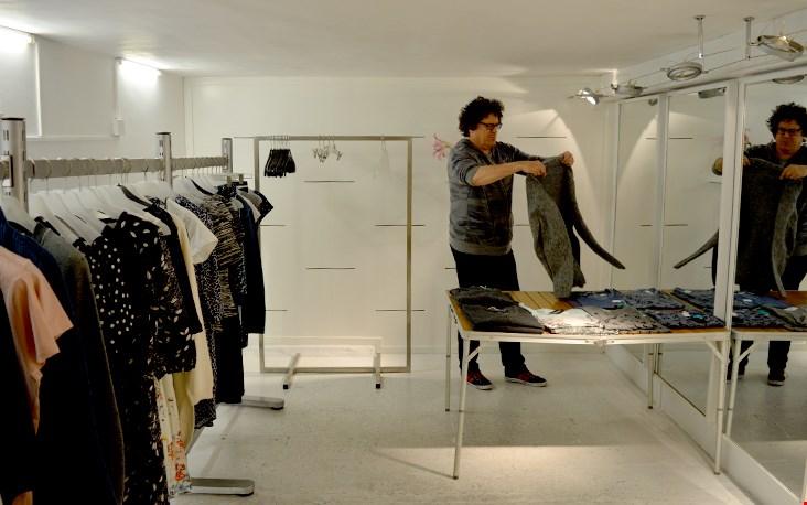 Jos in de kelder, waar de laatste sale-items hangen