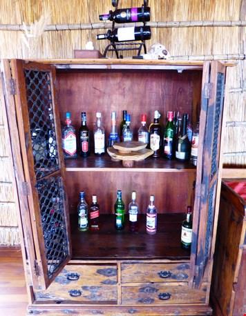 De goedgevulde drankkast in het camp