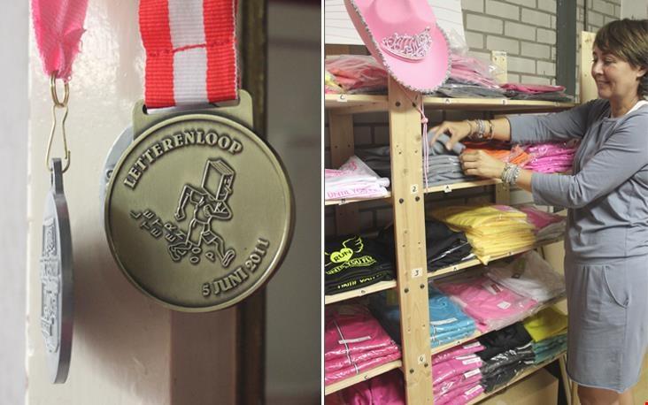 Medailles aan de muur, stellingkasten vol hardloopkleding