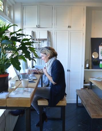Claudia op haar werkplek