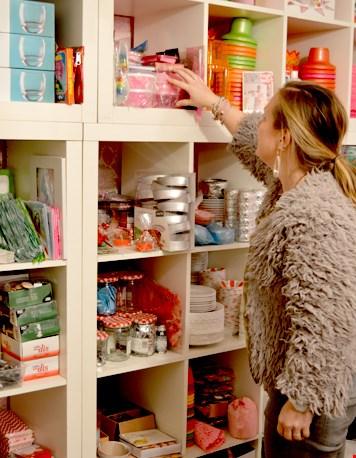 Liesbeth checkt de voorraden van de webshop