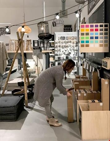 Suus aan het werk in de showroom