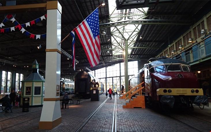 Treinen die staan opgesteld in de enorme hal