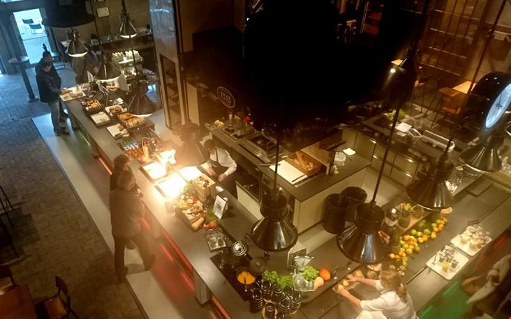 Het zelfbedieningsrestaurant, gezien van bovenaf