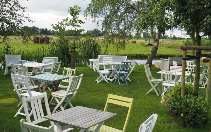 Gekleurde houten stoeltjes in de tuin