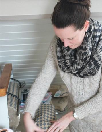 Sandra maakt pakketjes klaar voor verzending