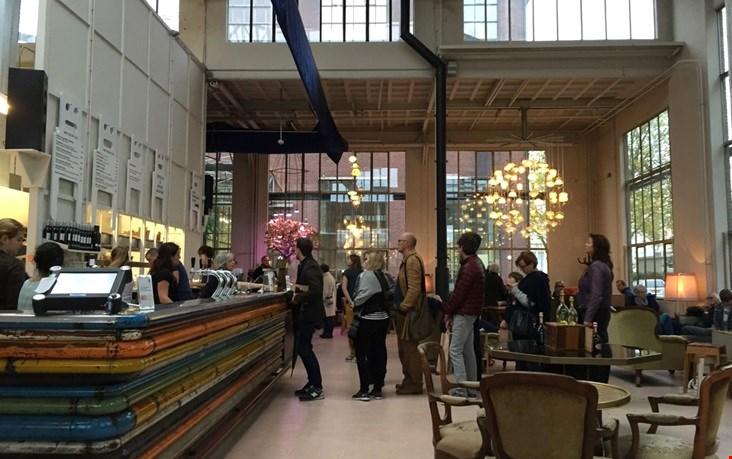 Lunchen in het bijzondere gebouw van Piet Hein Eek