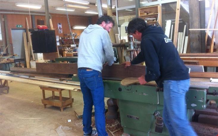 Rick en collega Ivo aan het werk in de werkplaats