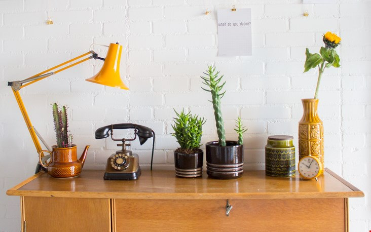 Gele details zoals een lamp, een wekker (die het overigens niet doet), een vaas en een zonnebloem