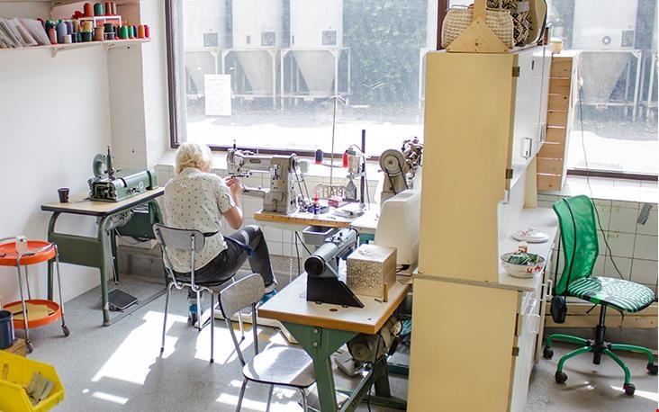 Bij binnenkomst tref ik Anna werkend achter de naaimachine aan