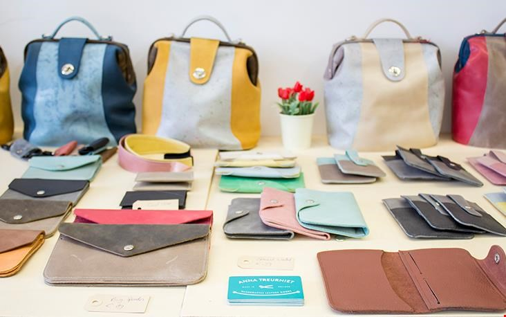 De vele kleurrijke tassen en accessoires
