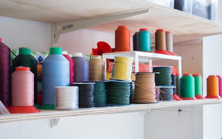 De kleurrijke garen waarmee Anna haar tassen afwerkt