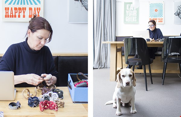 Ingrid aan het werk en hond Peep
