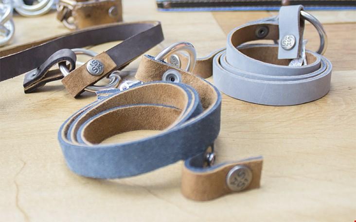 Twee kleuren leer zijn verwerkt in deze armbanden